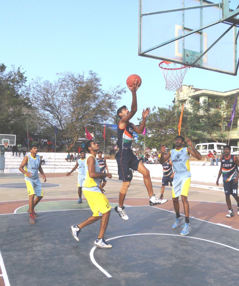 Kerala takes on CRPF (in blue) in the semifinals. Photo courtesy: Kerala Basketball Association